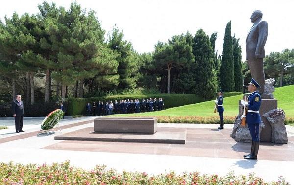 Emomali Rahmon pays respect to Heydar Aliyev