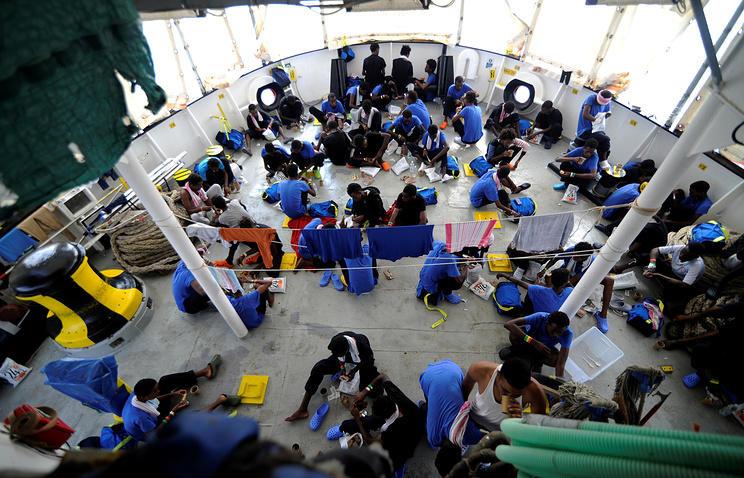 Шесть стран ЕС договорились принять мигрантов с Aquarius