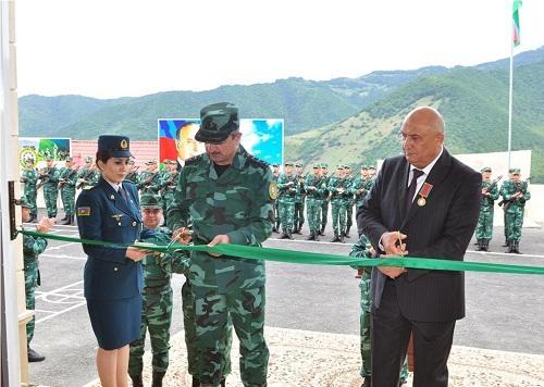 General yeni zastavanın açılışında - Foto