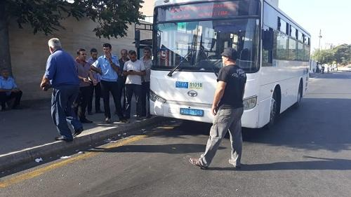 Avtobus düşürdüyü sərnişini piyada keçidində vurub öldürdü