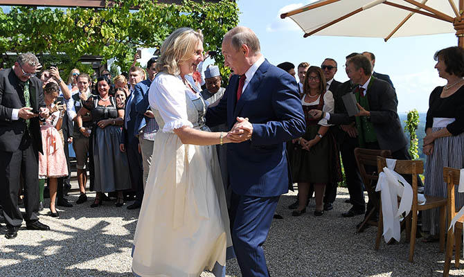 Путин станцевал с невестой-министром и уехал к Меркель