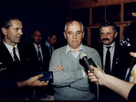 Руцкой: Ельцин пытался сбежать в посольство США
