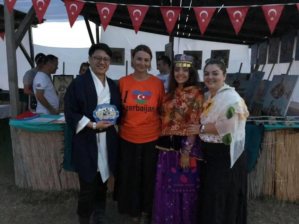 Paşayeva Makedoniya və Koreya türkləri ilə - Foto