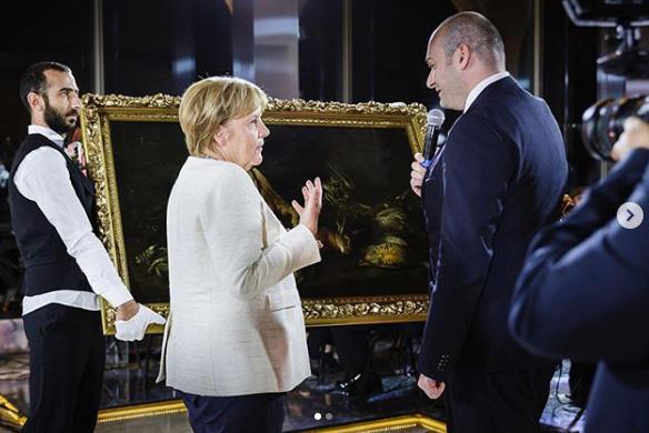 Tiflisdə Merkelə gözlənilməz hədiyyə...