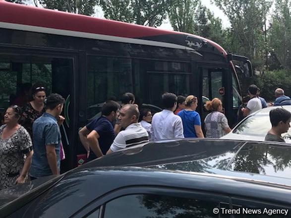 """""""Bakı Bus"""" avtobusu qəza etdi: yaralı var - VİDEO"""