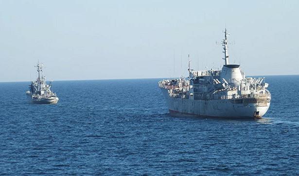 Два корабля ВМС Украины прошли под Крымским мостом