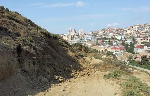 Bayıl sürüşməsi: bir ev dağıldı, bir neçə evin divarları...