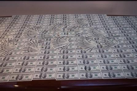 Külli miqdarda saxta dollar satan azərbaycanlı saxlanıldı