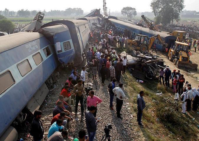 Поезд в Индии въехал в толпу, погибли около 50 человек