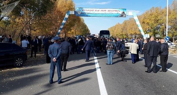 Родня арестованных полицейских перекрыла трассу на Ереван