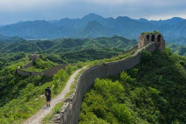 Video shows tourist fall off the Great Wall of China -