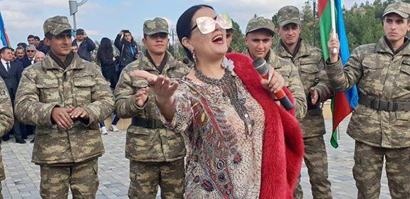 Elza ön cəbhədə əsgərlər önünə çıxdı – Video