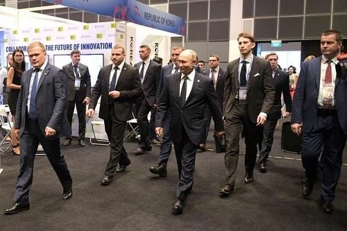 Путина попросили пройти через рамку металлоискателя