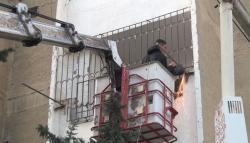 Bakının bu səmtində binalardakı asılqanlar söküldü - Video