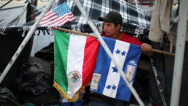 US migrant caravan: Trump's asylum ban halted