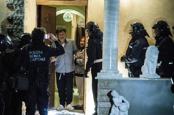 Rome police seize mafia villas