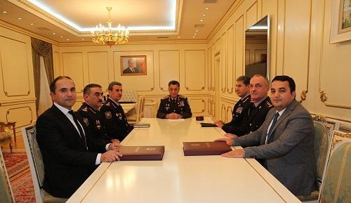 Usubov iki jurnalisti mükafatlandırdı - Foto