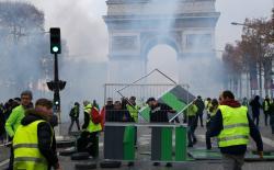 «Желтые жилеты» вновь пошли протестовать в Париже