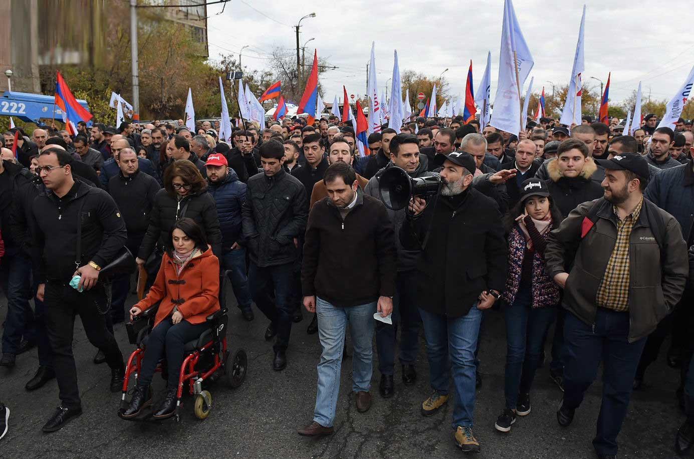 İrəvanda qarşıdurma: Xalq Nikolun acizliyinə etiraz edir