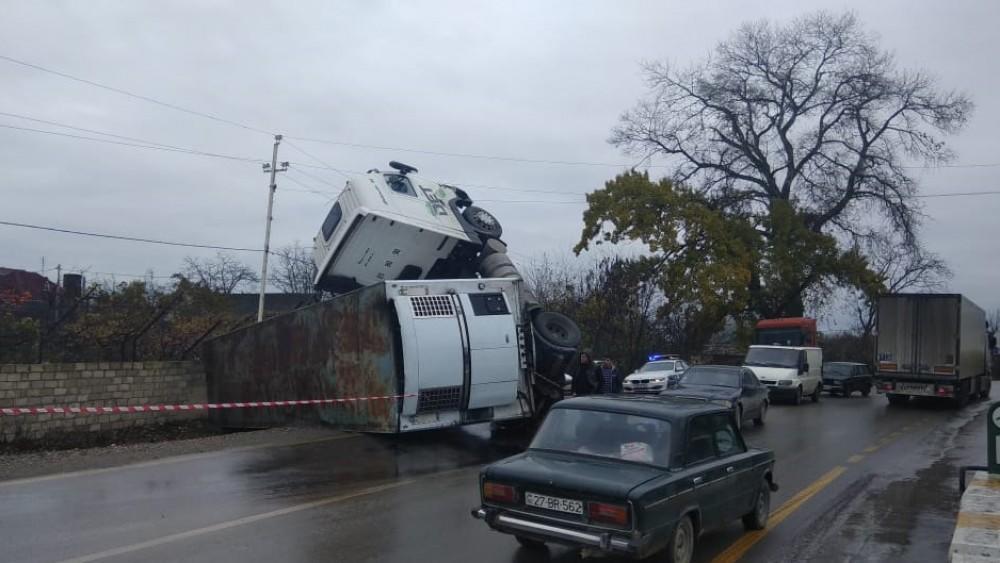 İki yük maşını toqquşdu, 3 nəfər yaralandı