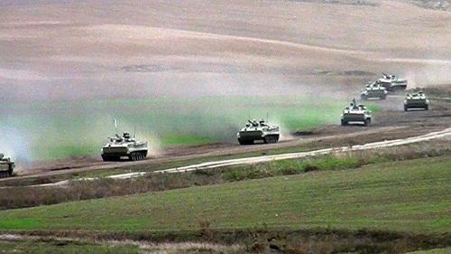 Artilleriya bölmələri təyin edilmiş marşrutla hərəkət edir - Video
