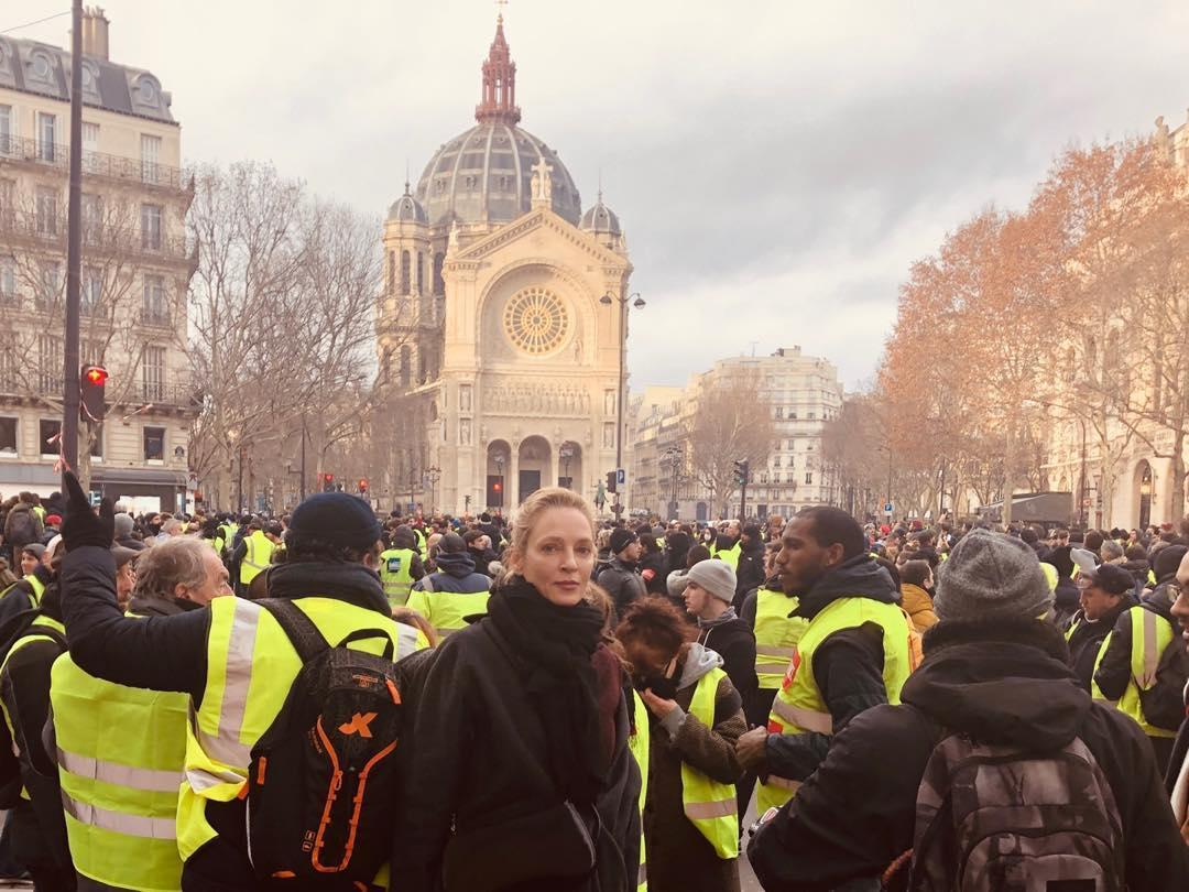 "American actress storms internet with photo of ""Yellow Vests"" demonstration"