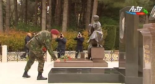 Heydər Əliyev babasının məzarı önündə - Video