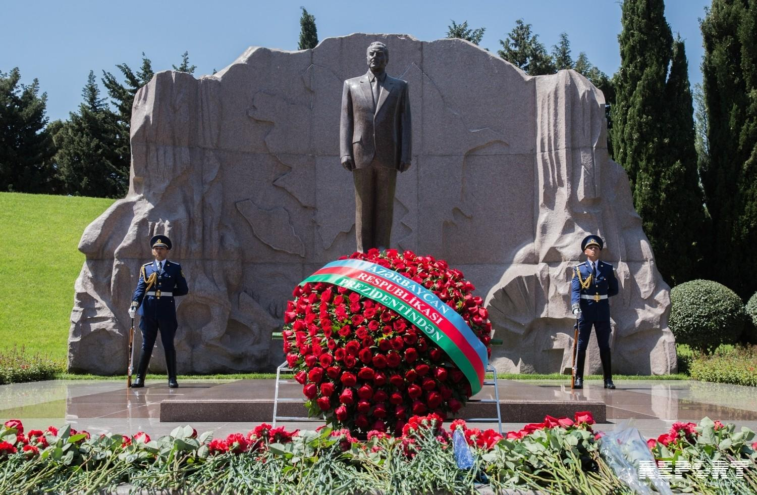 Garibashvili visited the grave of Heydar Aliyev