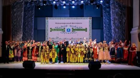 آذربایجان بینلخالق فستیوالدا ایشتیراک ائدیب
