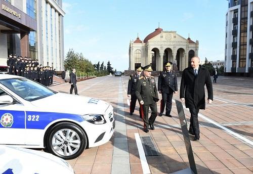 İlham Əliyev polislərə alınan yeni maşınlara baxdı - Foto