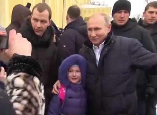 Putin balaca qızın ağladığını görüb geri qayıtdı və… - Video