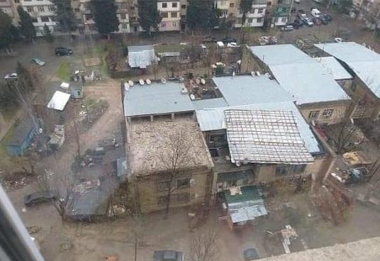 Bakıda külək binanın damını belə uçurdu - Video