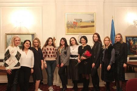BP rəsmisi azərbaycanlı qadınlarla görüşdü - Foto