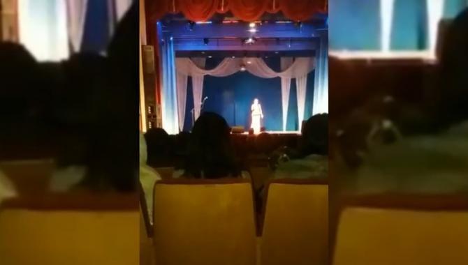 Xəlilova səhnədə dünyasını dəyişdi - Video