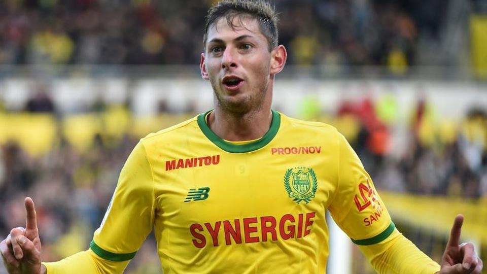 Footballer's dog mourns Sala at his funeral -