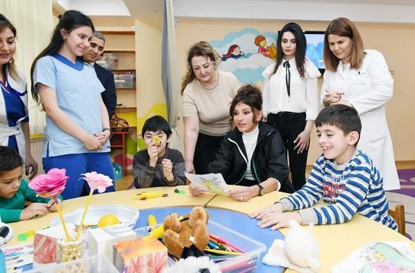 Mehriban Əliyeva Uşaq Psixonevroloji Mərkəzində - Foto