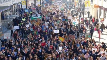 Londonda insanlar koronaya görə meydana axışdı