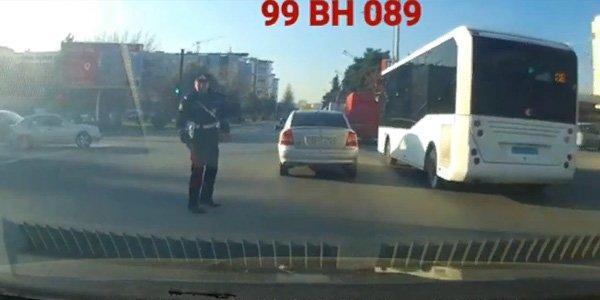 Bakıda sürücü maşını yol polisinin üstünə sürdü - Video