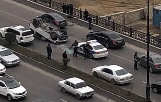 В Баку автомобиль упал с моста, есть пострадавшие