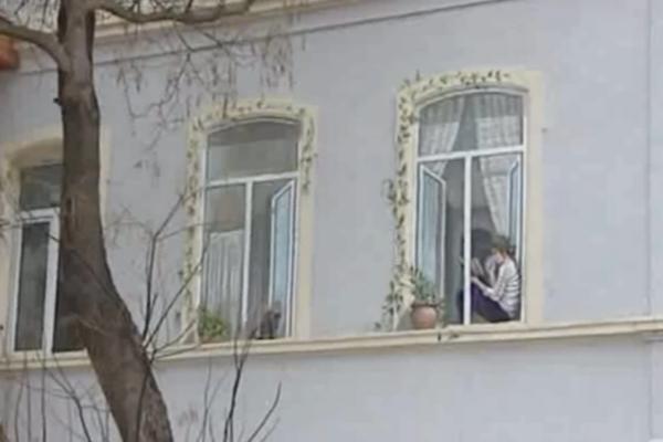 Bakıda evin pəncərəsində qeyri-adi rəsm - Video