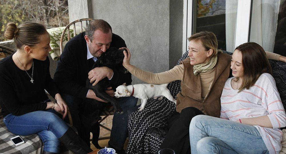 Экс-президент Грузии сдает коттедж во дворе своего дома
