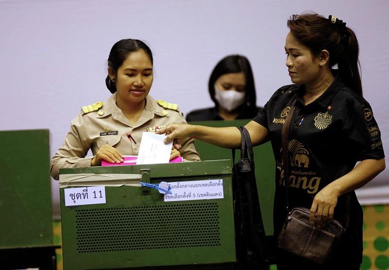 Лидер демократов Таиланда объявил об отставке