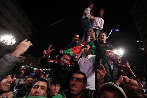 Algerians keep up pressure on old guard
