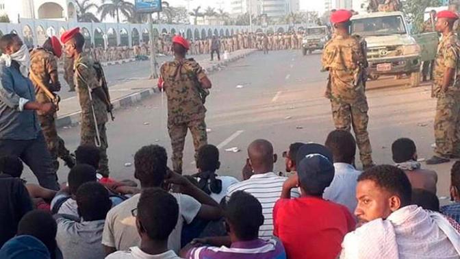 Sudanda sakinlərlə əsgərlər atışdı: 118 ölü...