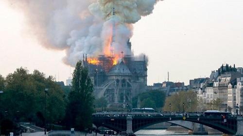 В Нотр-Даме проходит первая после пожара месса