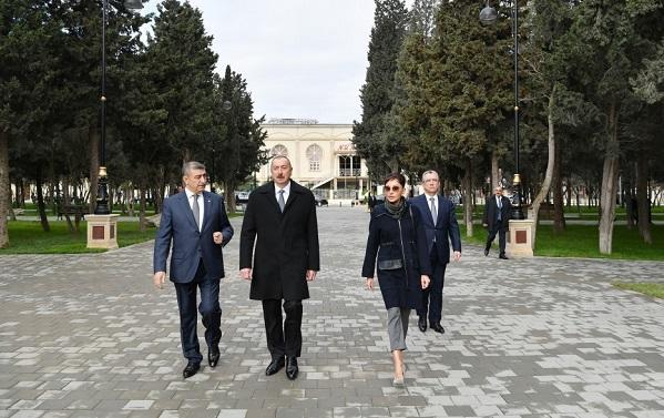 İlham Əliyev və xanımı yeni qurulan parkda - Foto