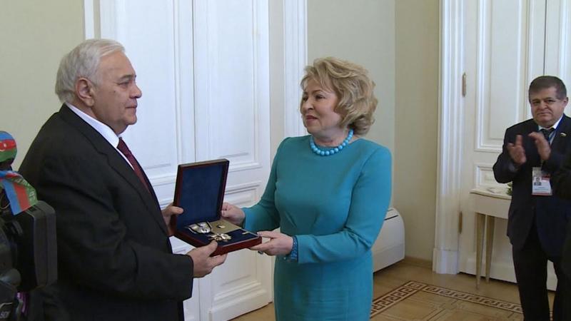 Огтай Асадов вручил Матвиенко специальную медаль