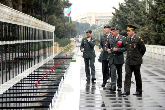 Генерал НАТО посетил Аллею Шехидов - Фото
