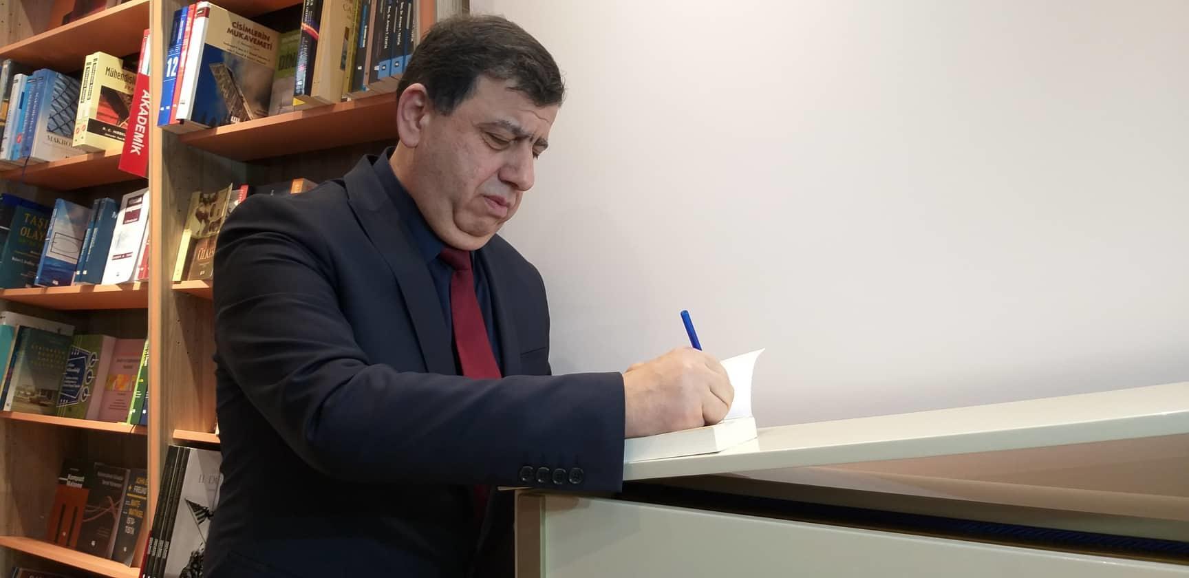Orxan Fikrətoğlu yeni kitabını təqdim etdi - Foto
