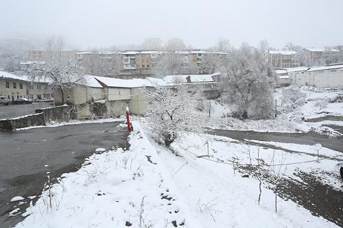 گونئی آذربایجانین بو شهرلرینه  قار یاغدی، یوللار بوز باغلادی - فوتو/ویدئو
